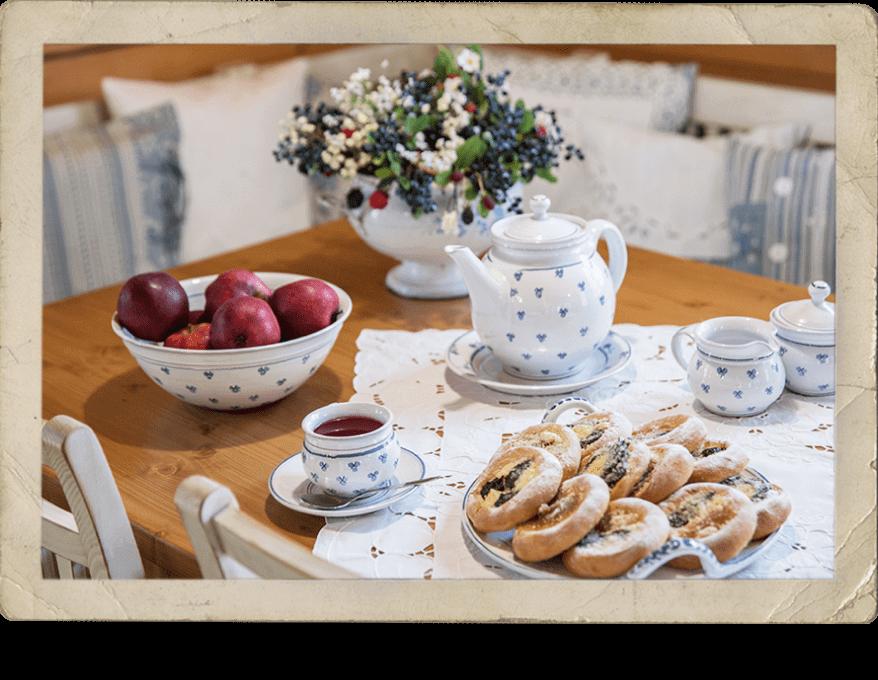 Prostřený stůl v kuchyni, Roubenka Štěpánka – ubytování Svratka, Vysočina